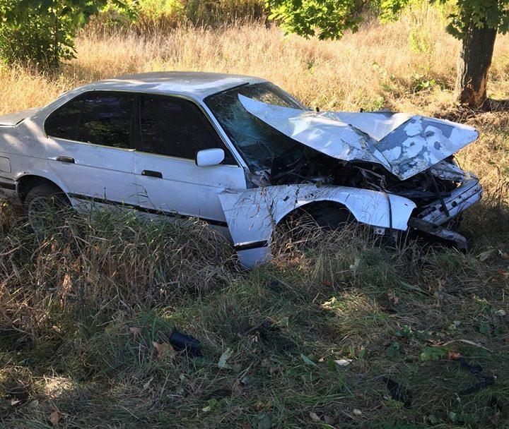 """Аварія під Луцьком: водій """"BMW"""" влетів у дерево. ФОТО"""