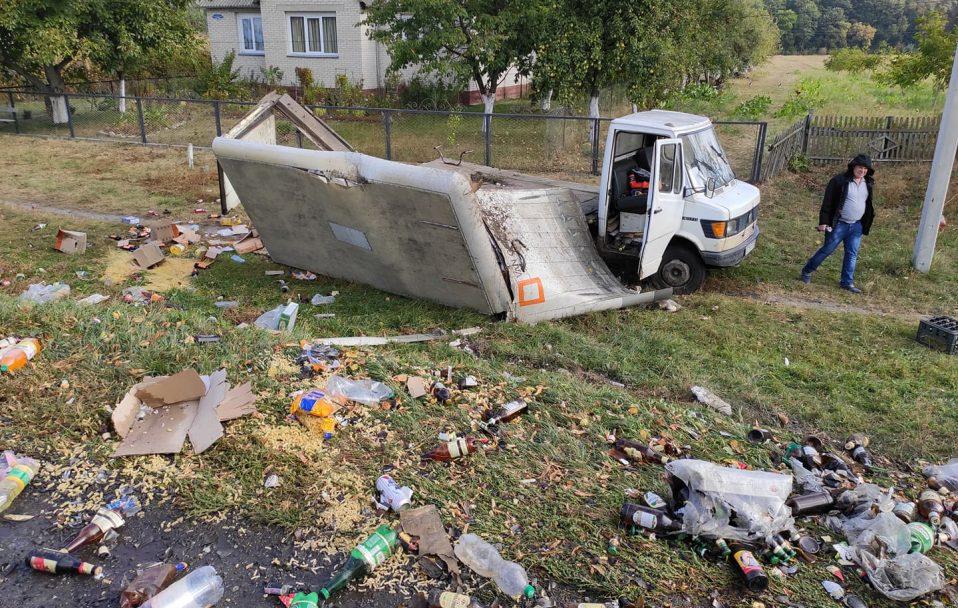 На Волині бус врізався у вантажівку: дорога всипана макаронами, пивом і олією.ФОТО