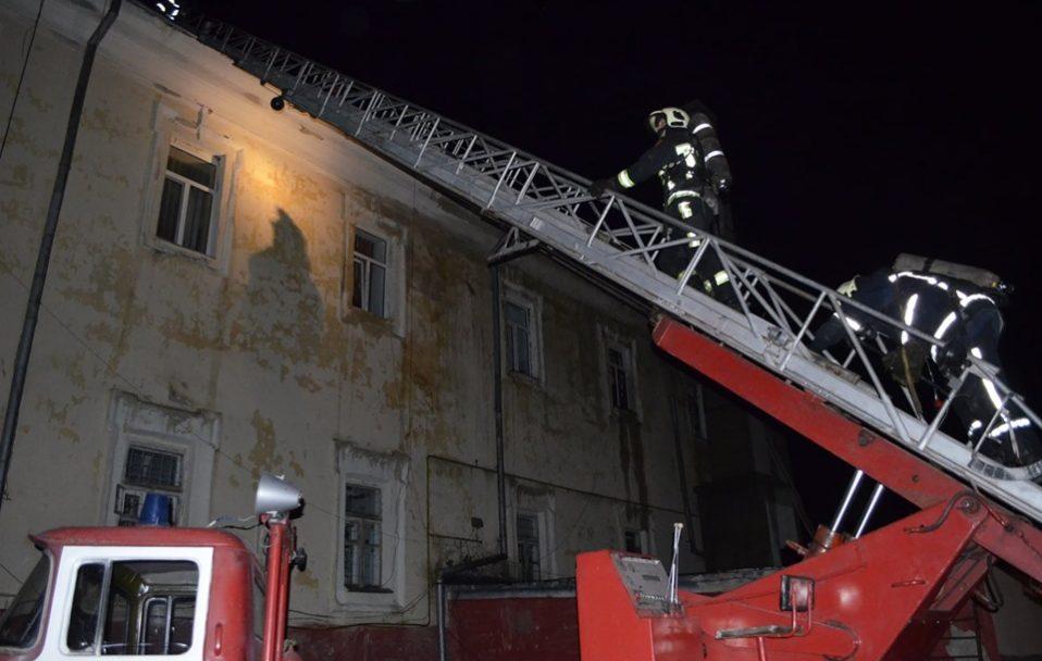 Посеред ночі в Луцьку горів військовий госпіталь: пожежу гасив 41 рятувальник. ФОТО