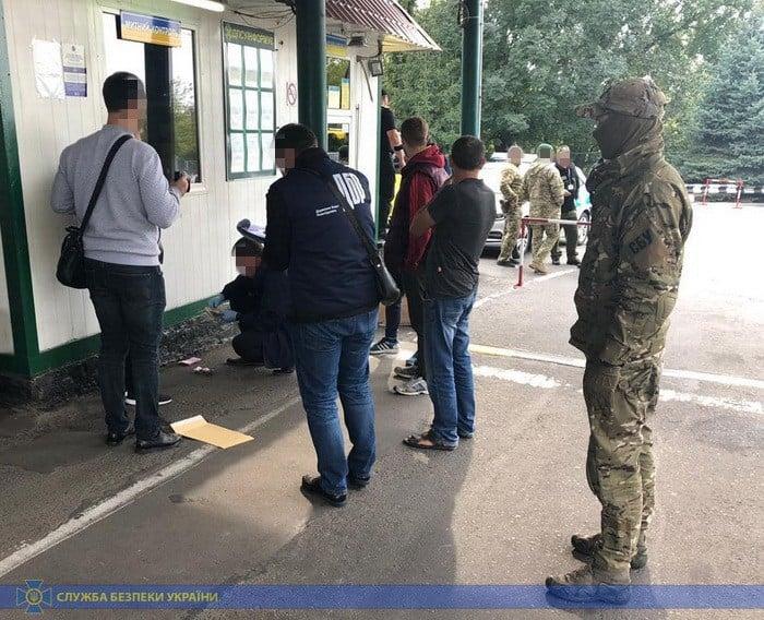 """На волинському кордоні піймали митників-хабарників. """"Заробляли"""" до 150 000 гривень за зміну"""