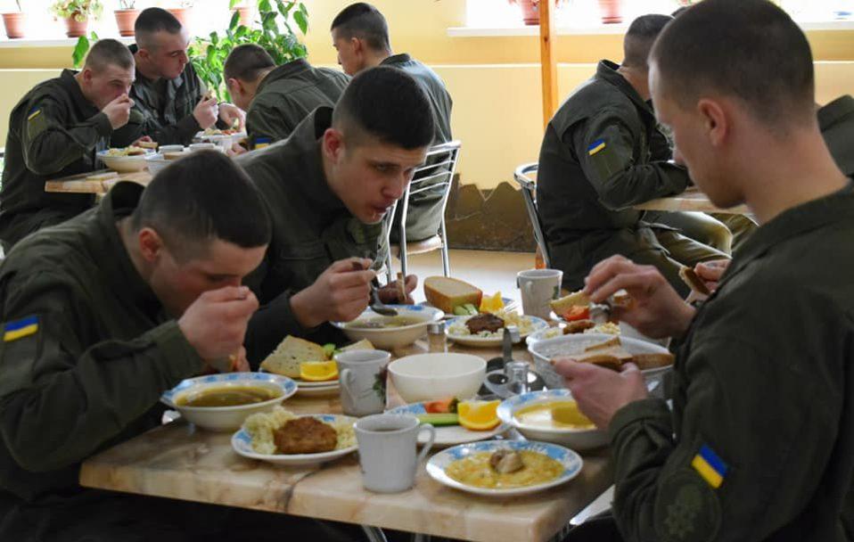 Щоденне і святкове меню: чим годують луцьких гвардійців. ФОТО