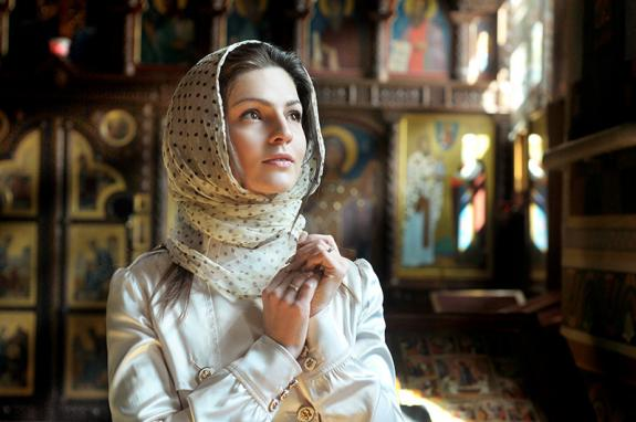 Волинський священник розповів, чи треба жінкам зав'язувати хустку в церкві