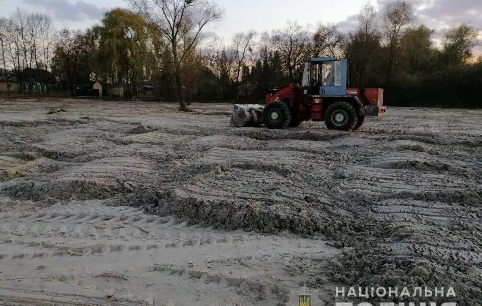 Спіймали чоловіка, який вигрібав трактором пісок з обмілілого Світязя. ФОТО