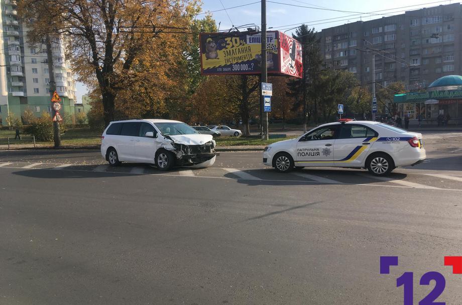 ДТП у Луцьку: від удару авто вилетіло на тротуар. ФОТО