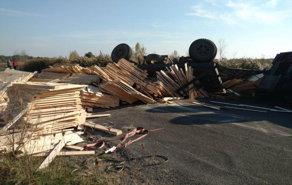 ДТП на Волині: перекинулася вантажівка з пиломатеріалами. ФОТО