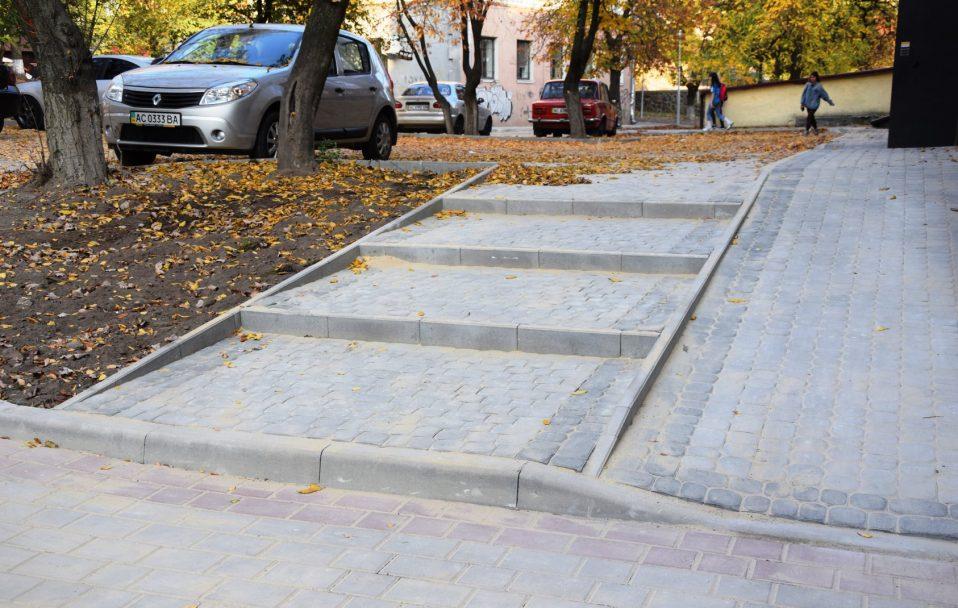 У центрі Луцька завершують ремонт прибудинкових територій. ФОТО