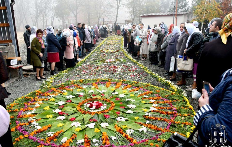 Сотні людей і килим з квітів: у Луцьку відзначили престольне свято у храмі Всіх Святих землі Волинської. ФОТО