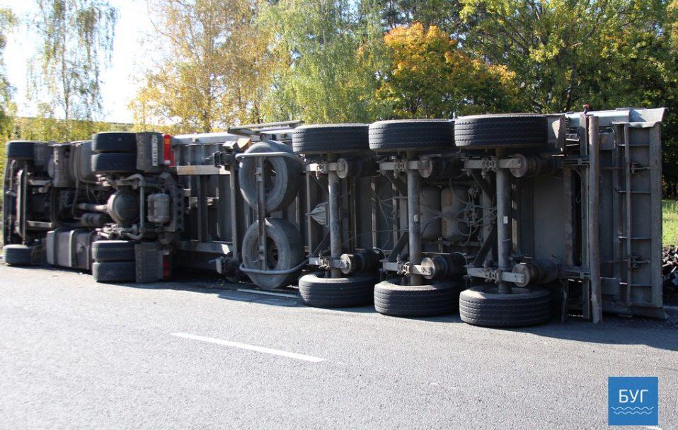 На Волині перекинулася вантажівка з торфобрикетом, водій втік. ФОТО