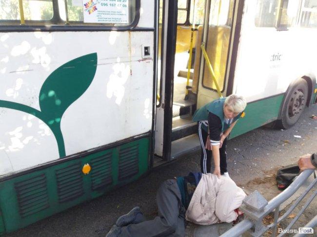 У Луцьку тролейбус збив чоловіка. ФОТО