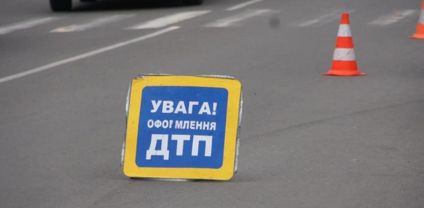"""ДТП у Луцьку: автомобіль """"вилетів"""" на тротуар. ФОТО"""
