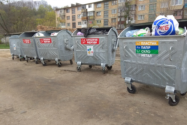 У Луцьку чоловік підкидав сміття у чужі контейнери