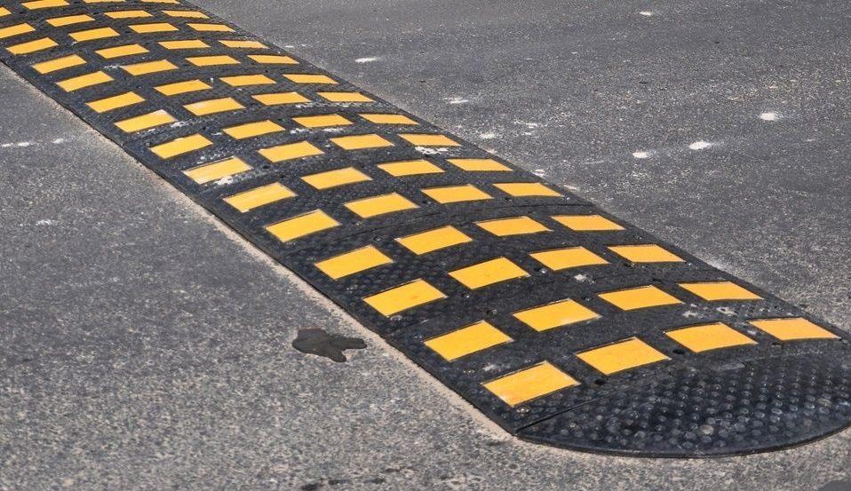 Водії порушують правила: на луцькій вулиці просять встановити лежачого поліцейського