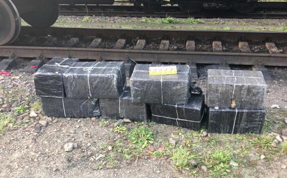 Волинські прикордонники знайшли контрабандні цигарки у вагоні з рудою
