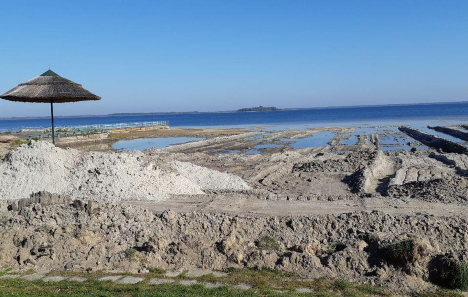 Люди екскаватором копали пісок на пляжі озера Світязь. ФОТО