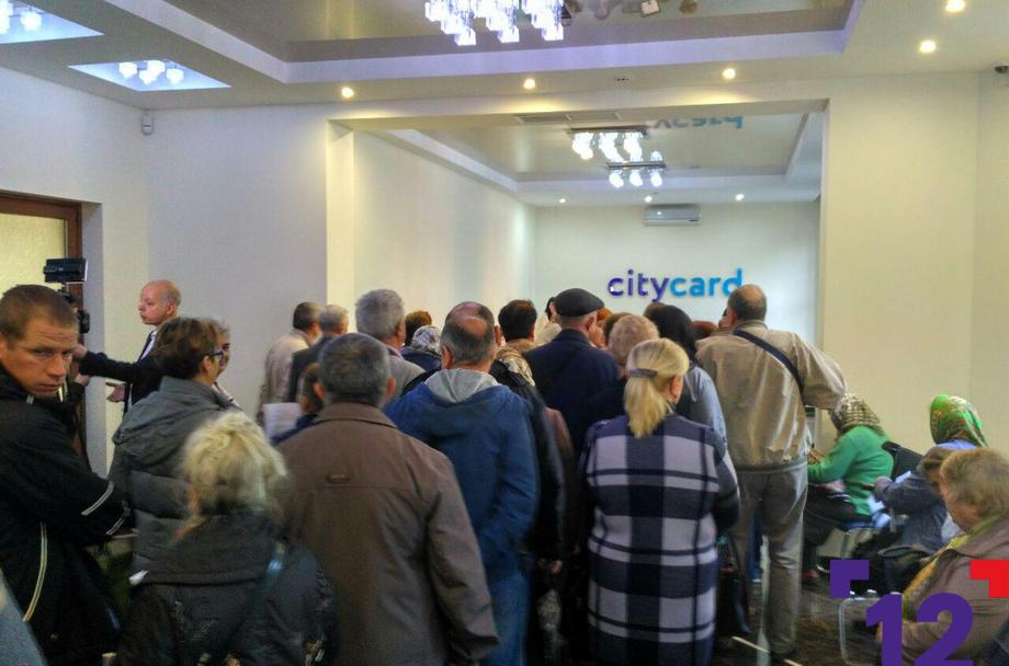 Лучани стоять у великій черзі, щоб отримати електронні квитки для проїзду. ФОТО