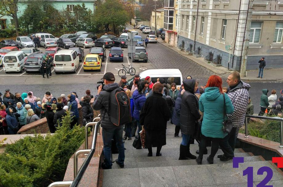 Під  Луцькрадою мітингують базарники. ФОТО