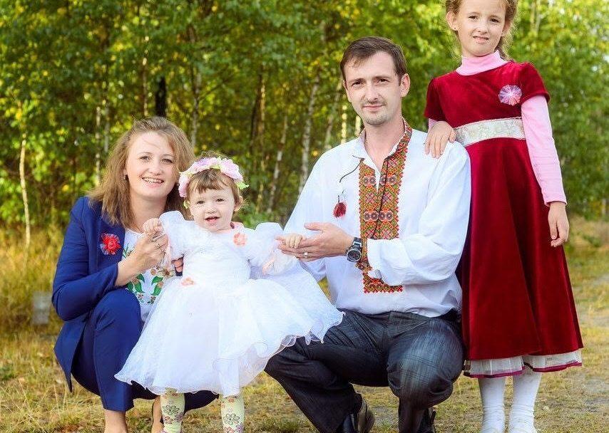 Волинський священник розмальовує пивні келихи та дзеркала. ФОТО