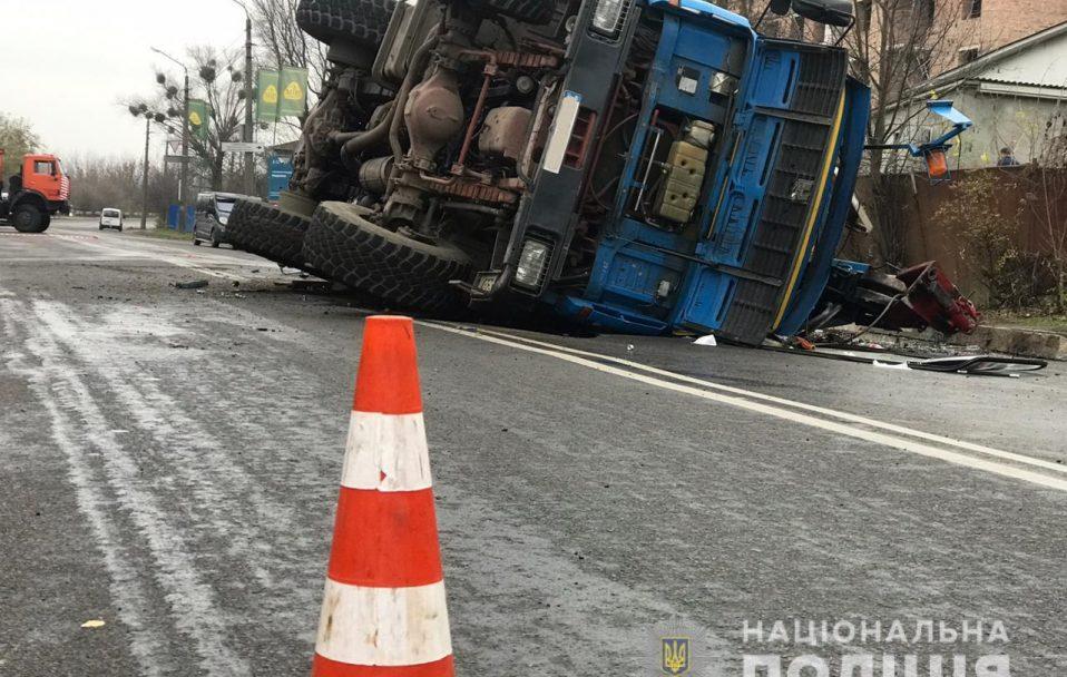 У аварії на Набережній у Луцьку загинув водій однієї з вантажівок. ФОТО