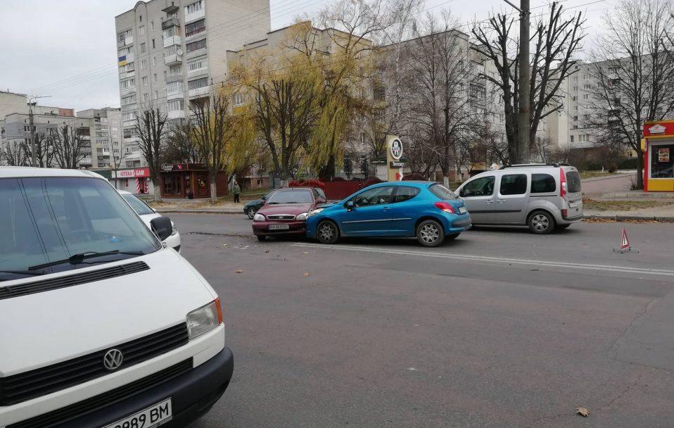 """ДТП у Луцьку: водій  """"Daewoo Lanos"""" не пропустив """"Peugeot"""". ФОТО"""