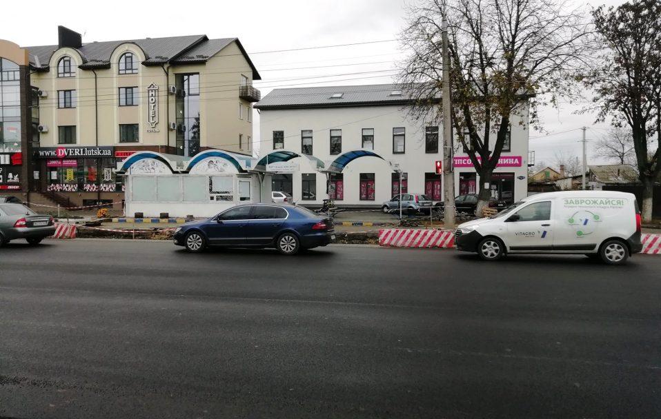 Освітлення, бруківка та велодоріжки: як у Луцьку  ремонтують Рівненську. ФОТО