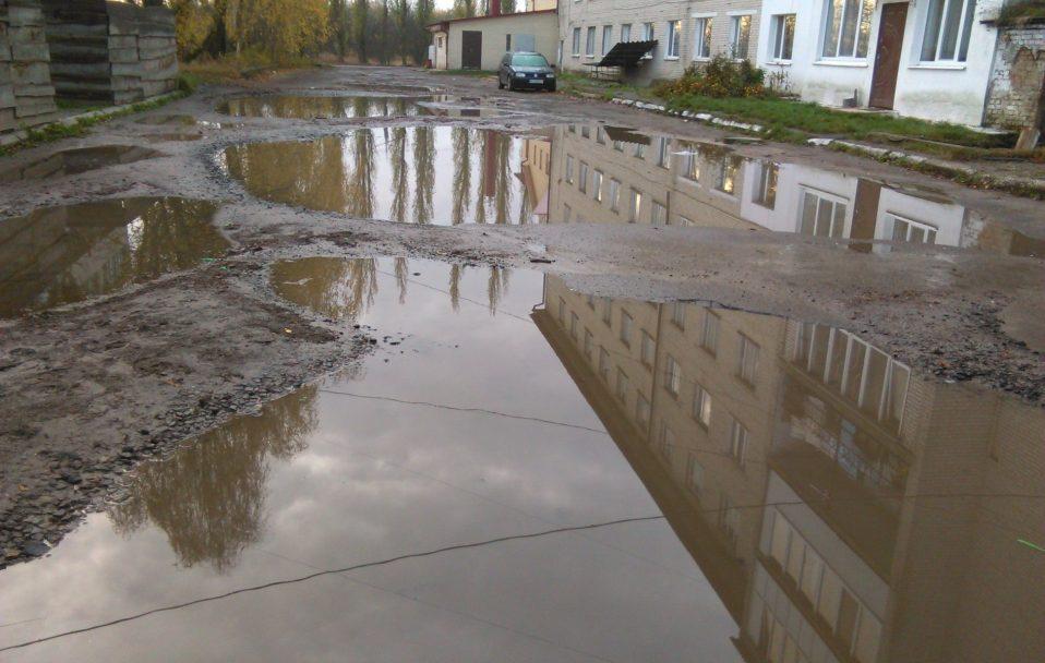 Яма на ямі: центральний майдан у селі під Луцьком. ФОТО