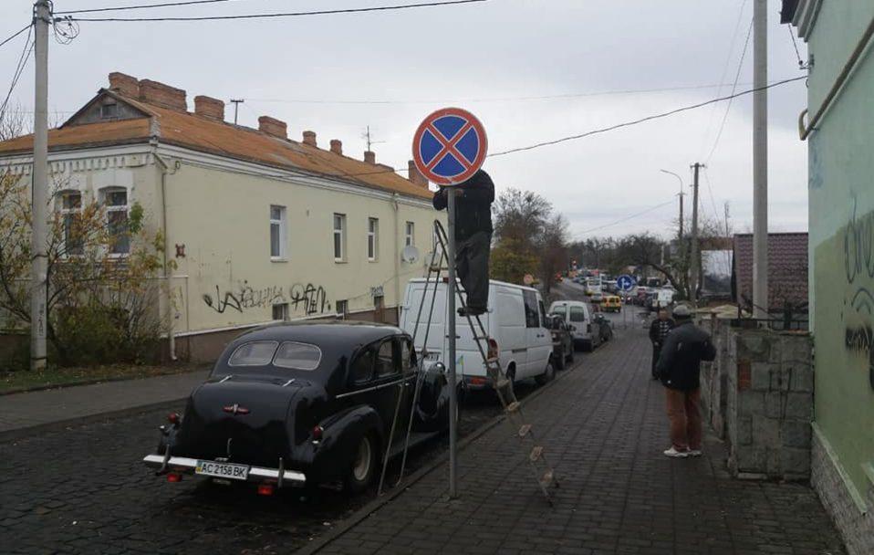 У Луцьку заборонили паркувати автівки біля Центрального ринку. ФОТО