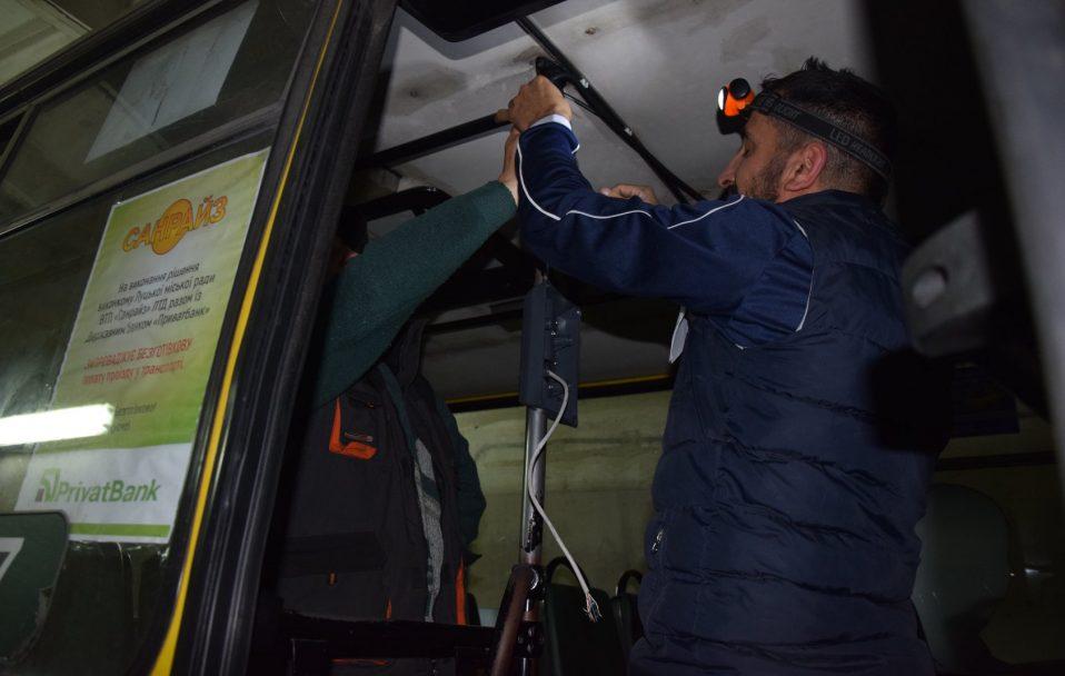 """Е-квиток у Луцьку: у маршрутках перевізника """"Санрайз"""" почали ставити валідатори. ФОТО"""