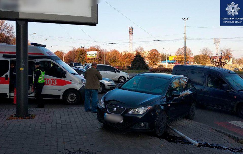 ДТП у Луцьку: автівка вилетіла на тротуар, постраждали двоє дітей. ФОТО