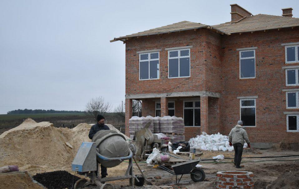 Дитсадок у селі під Луцьком будують у дві зміни. ФОТО