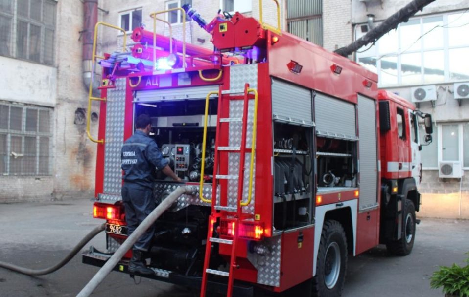 У Луцьку сталася пожежа у гаражі. Пожежники врятували Volkswagen Passat  і BMW X5