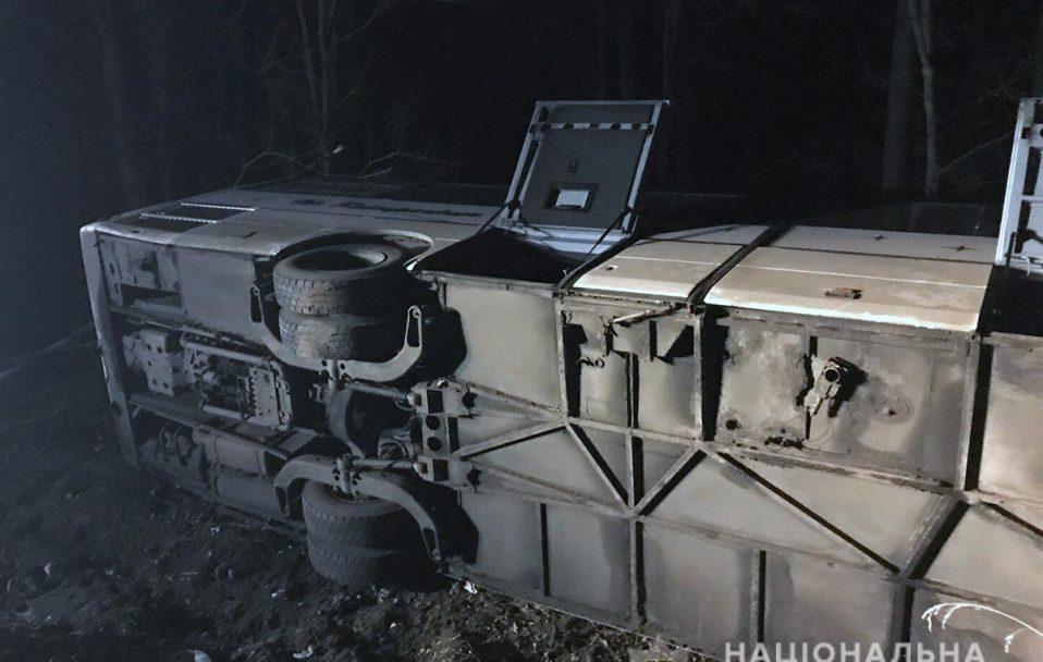 Автобус, яким керував волинян, злетів у кювет і перекинувся. Постраждали 4 людей. ФОТО