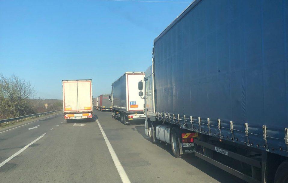 """У чергах на """"Ягодині"""" застрягли понад 800 вантажівок"""
