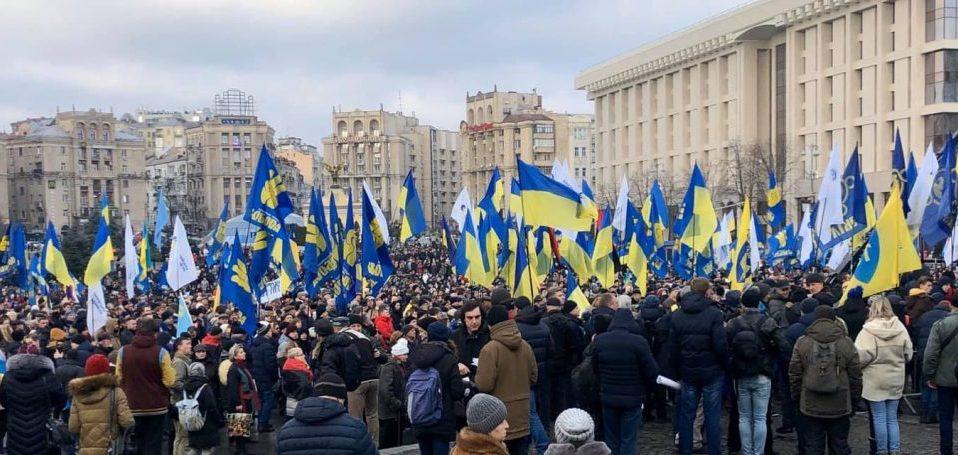 Десятки тисяч людей по всій країні, світове українство, всі патріотичні сили об'єдналися проти капітуляції, – Петро Порошенко