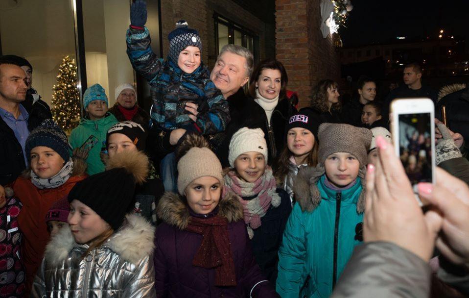 Петро і Марина Порошенко відкрили новорічну ялинку у зимовому містечку Roshen. ФОТО