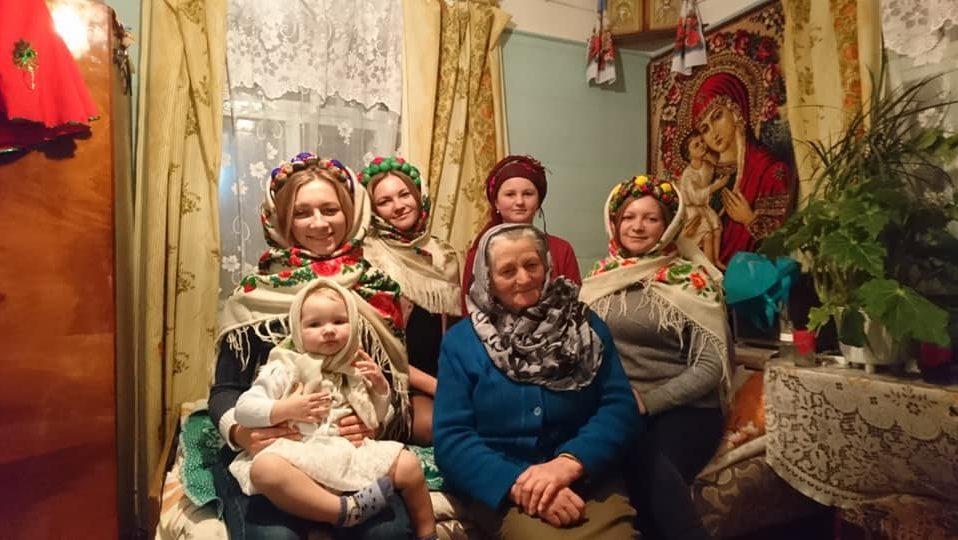 7 грудня – День української хустки. Волинянки засипали фейсбук яскравими світлинами. ФОТО