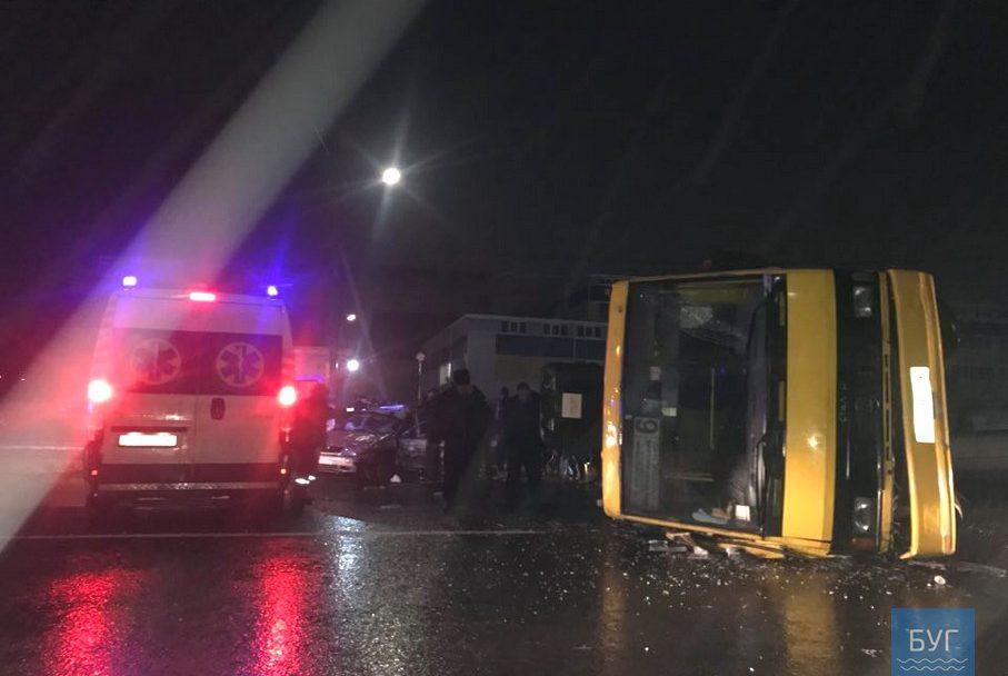 """На Волині легковик """"влетів"""" на швидкості у маршрутку з пасажирами: є постраждалі. ФОТО"""