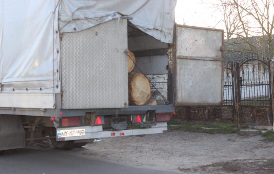 """На Волині піймали вантажівку """"DAF"""", яка везла крадену деревину. ФОТО"""