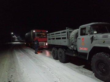 На дорозі Луцьк-Дубно через ожеледицю застрягли більше десятка вантажівок. ФОТО