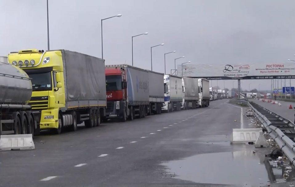 """У черзі на """"Ягодині"""" застрягли понад 300 вантажівок"""