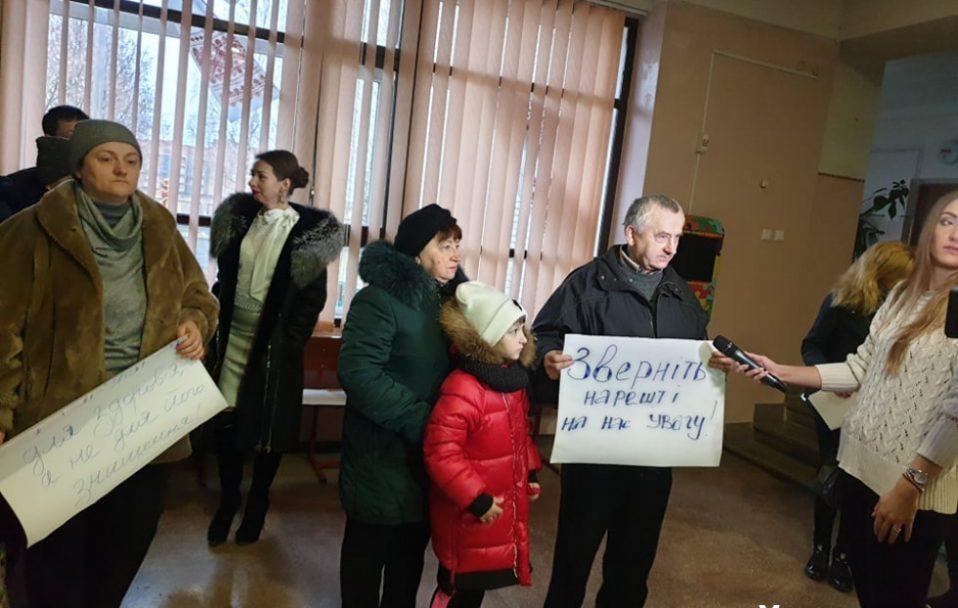 """""""З дітей знущаються"""": у луцькій школі – страйк батьків"""