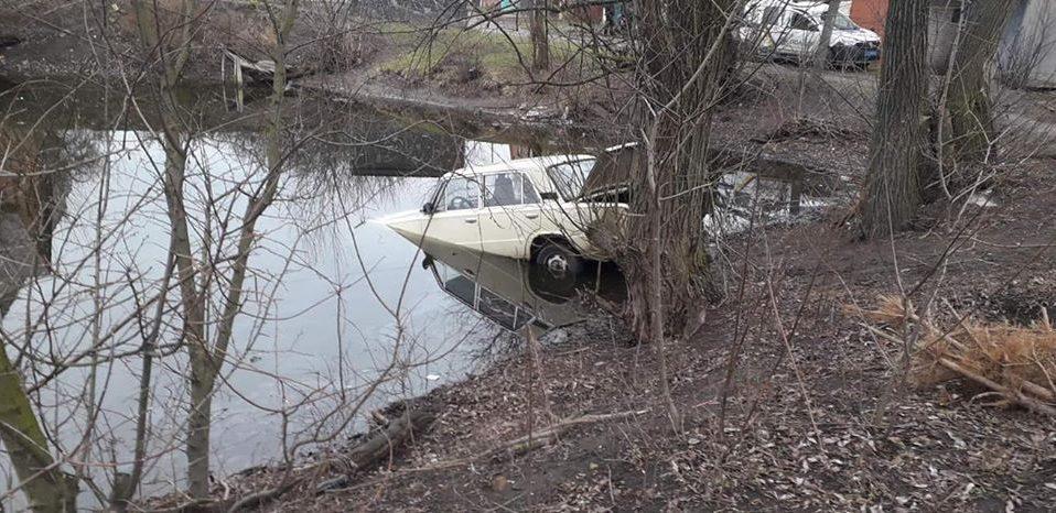 У Рожищі рятувальники витягали з водойми автомобіль. ФОТО