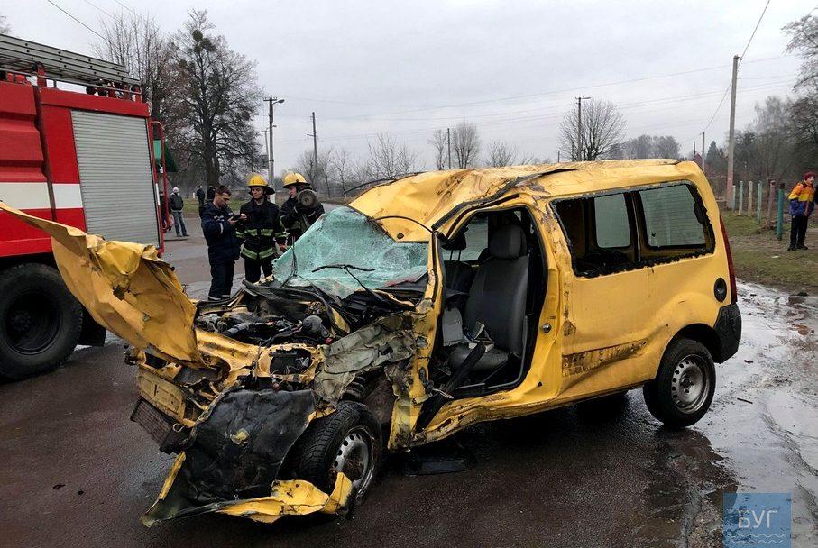 На Волині сталася смертельна ДТП: автівка знесла дерево. ФОТО
