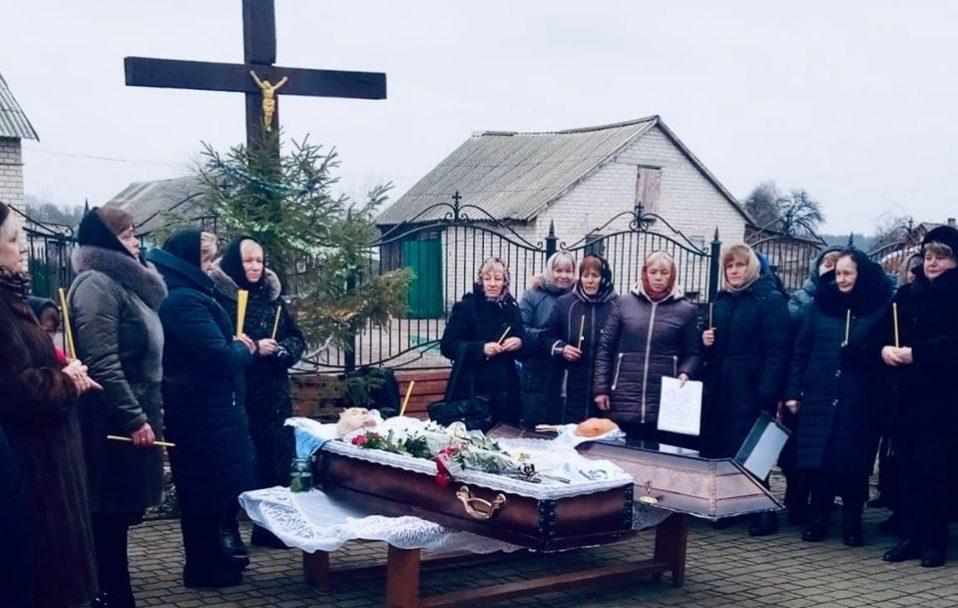 Церковний скандал у селі на Волині: похоронну процесію не пустили у храм