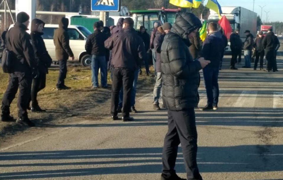 """Фермери блокують дорогу на """"Ягодин"""". ФОТО. ВІДЕО"""