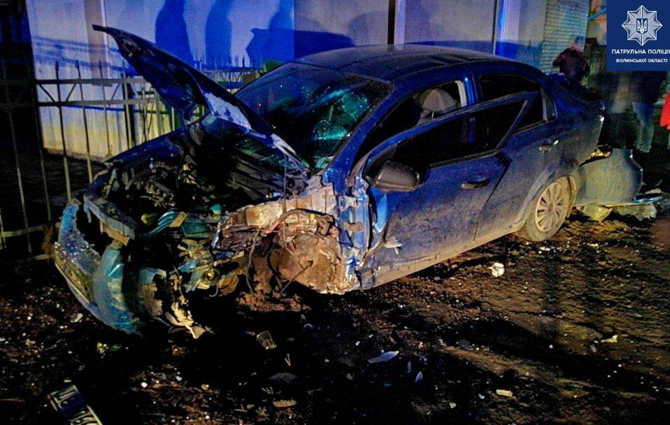 У Луцьку п'яний водій влетів у стовп: автівка розбита вщент. ФОТО