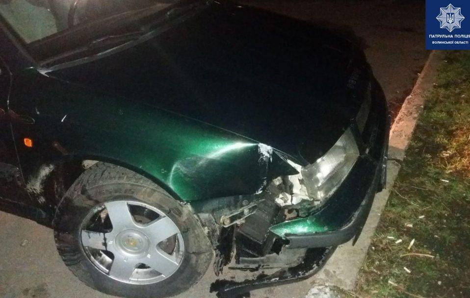 У Луцьку водій протаранив зупинку і втік. ФОТО