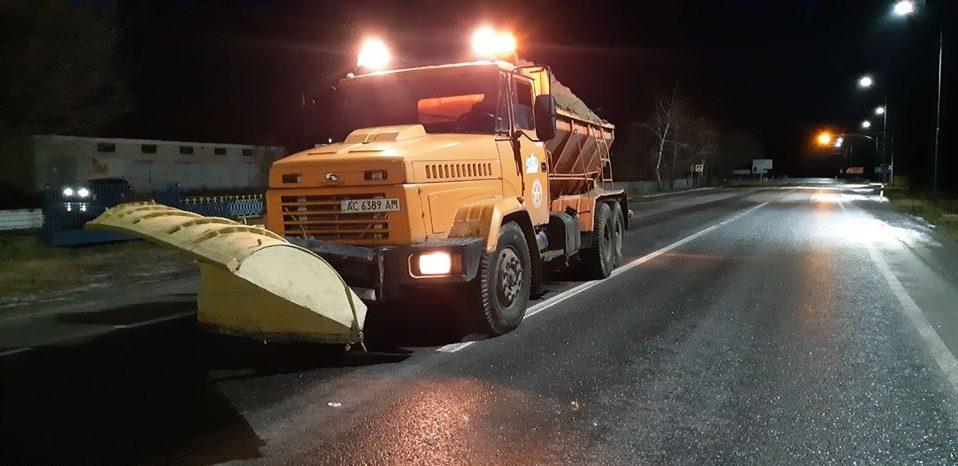 Волинські дорожники цілу ніч розчищали дороги