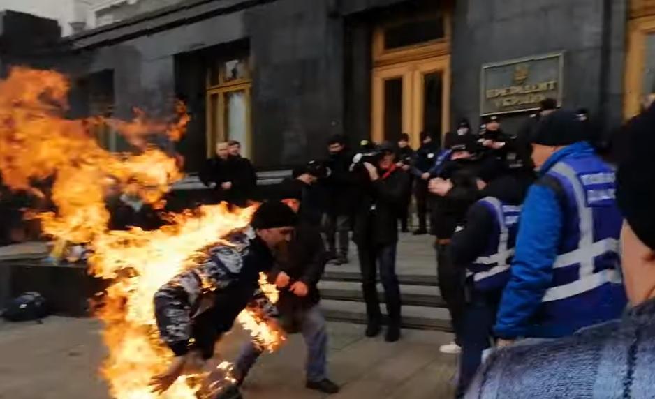 Протестувальник намагався спалити себе під Офісом президента. ВІДЕО