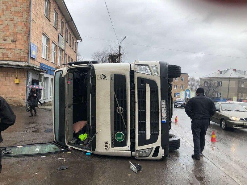 У місті на Волині перекинулась вантажівка. ФОТО