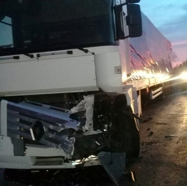 На Волині зіткнулися вантажівка та легковик: з Opel людей вирізали рятувальники
